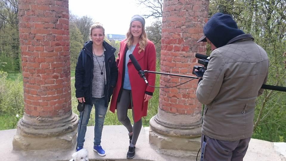 Lisa Schmitz mit Svenja Huth auf dem Ruinenberg